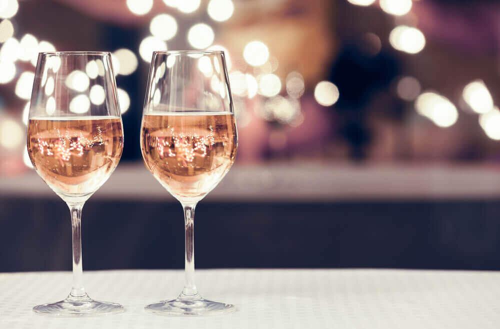 テーブルに2つ並んだグラス
