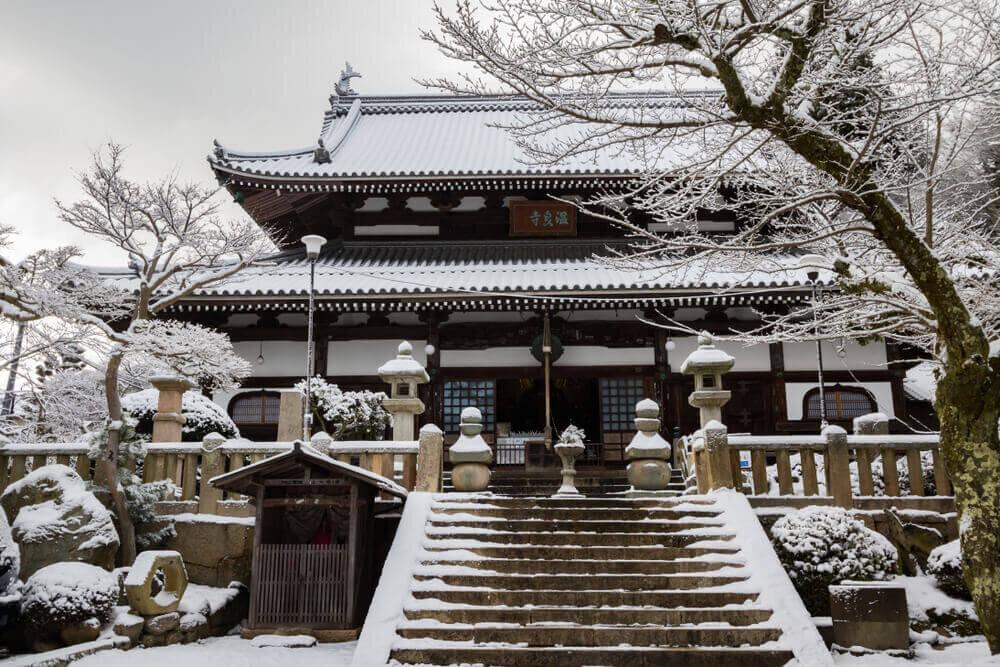 雪の積もった温泉禅寺