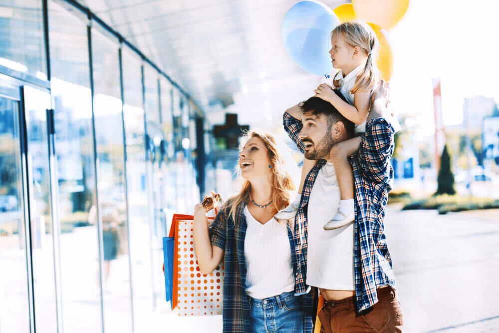 ショッピングを楽しむ家族