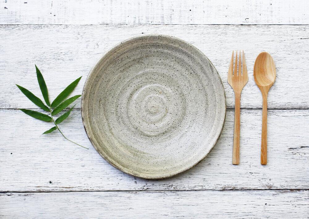 テーブルの上に置かれた植物と皿