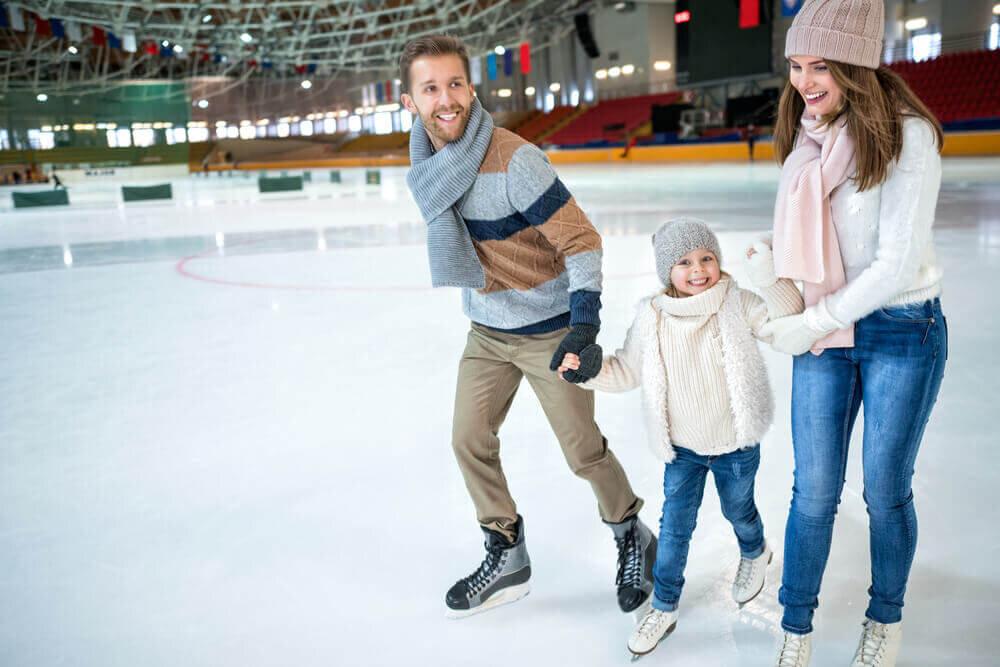 スケートを楽しむ家族