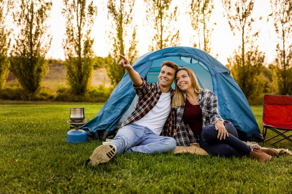 テントの前に座るカップル