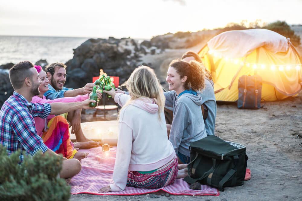 キャンプ場で乾杯するグループ