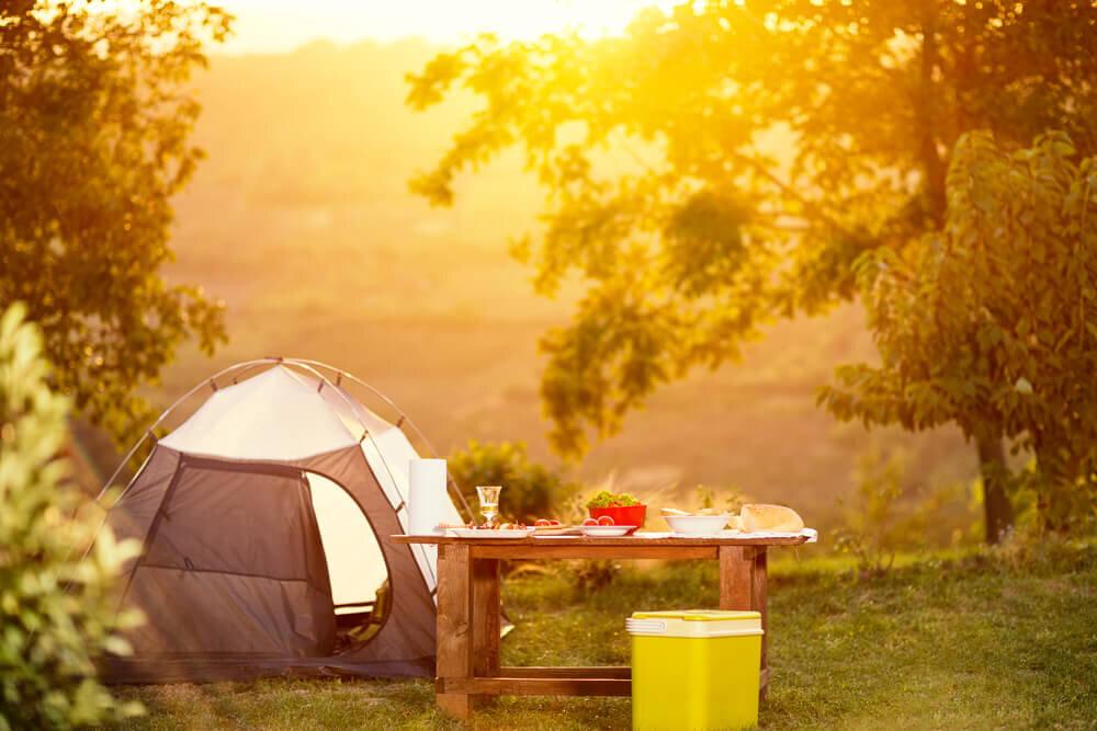 夕日に照らされたテントとテーブル