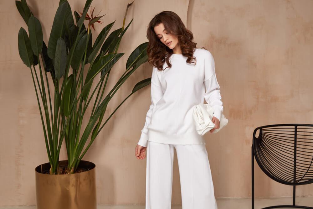 白のセットアップを着た女性