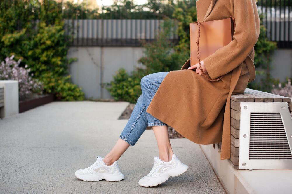 スニーカーを履いた女性