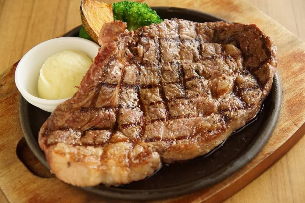 焼きたてのステーキ