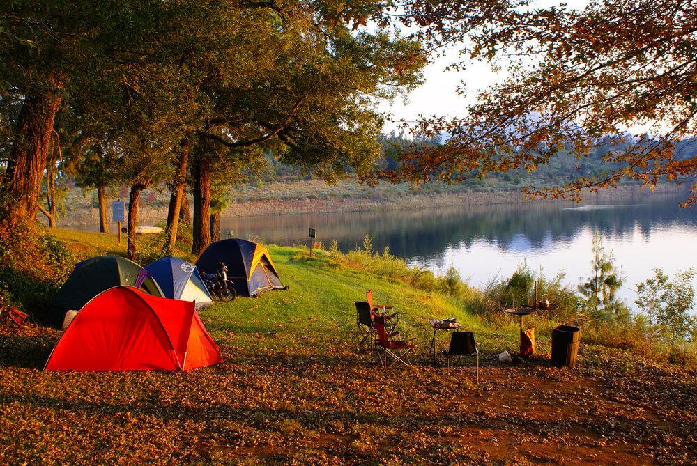 夕日に照らされるテント