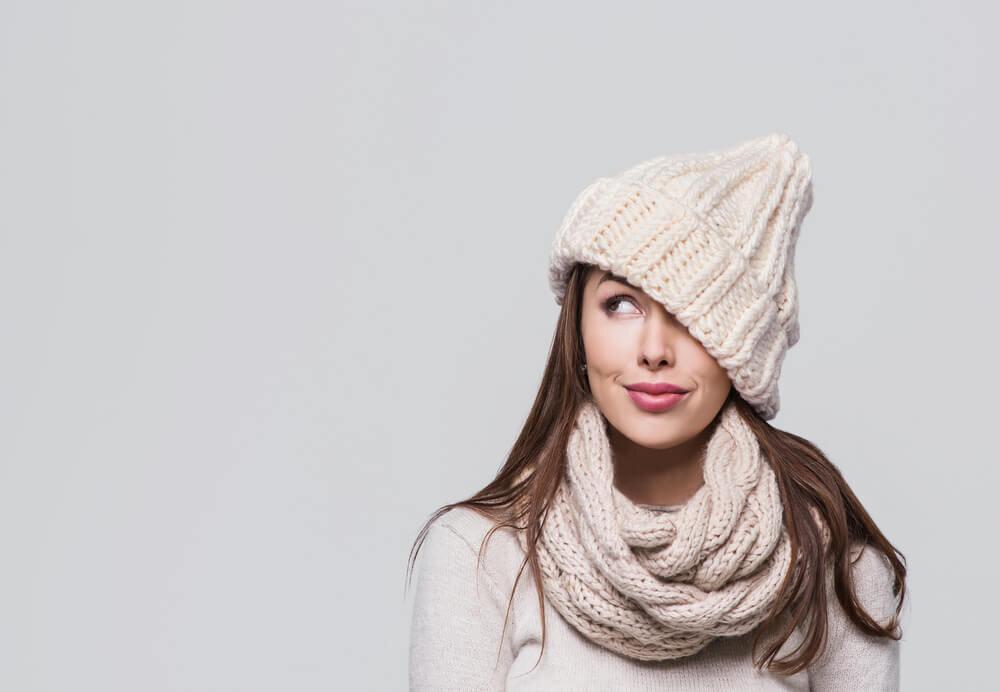 白いニット帽をかぶった女性
