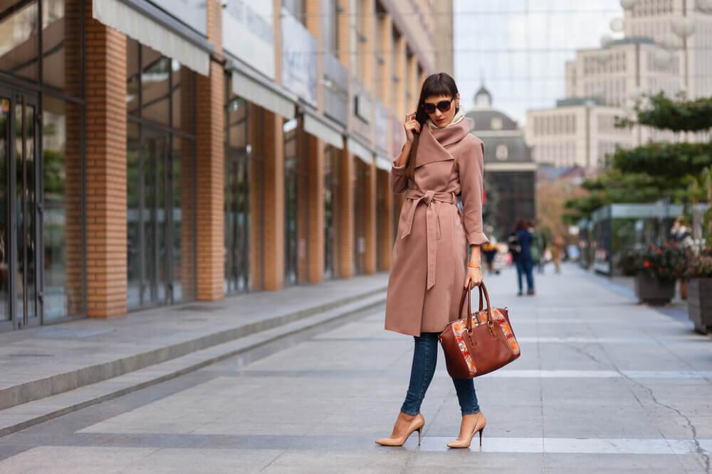 ピンクのコートを着た女性