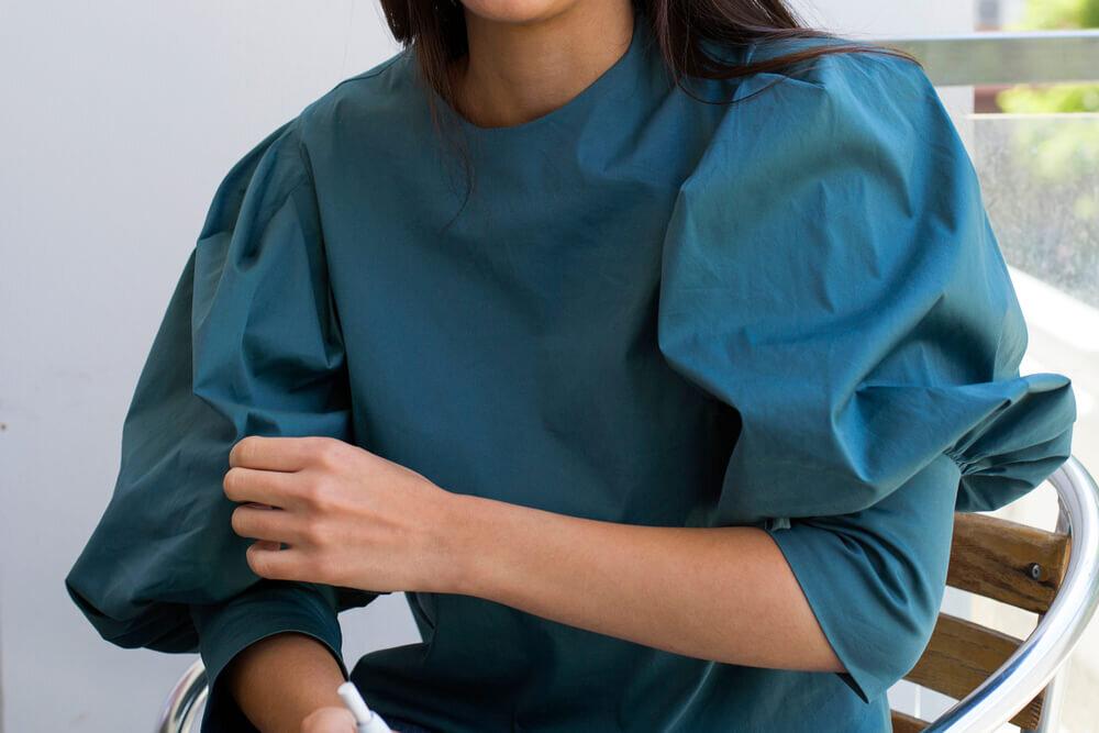 パフスリーブの服を着た女性