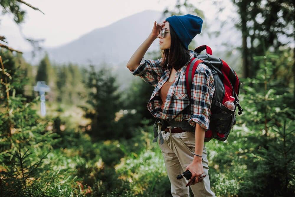 チェックシャツを着る登山女性