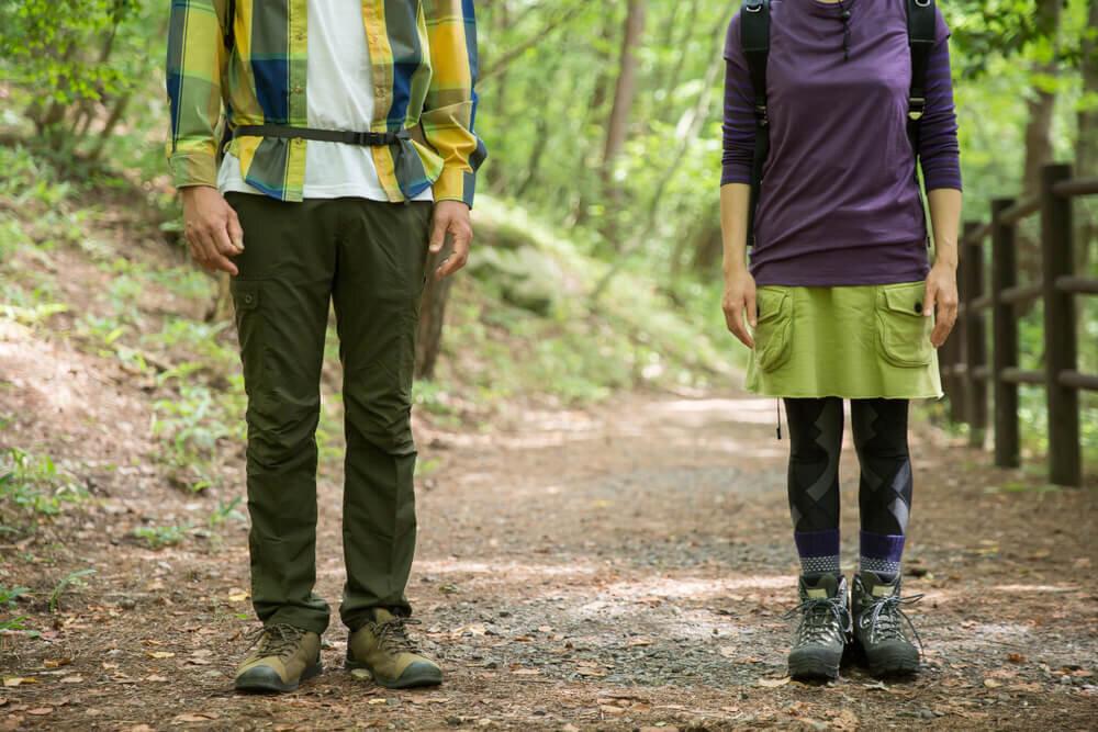 登山をするカップル