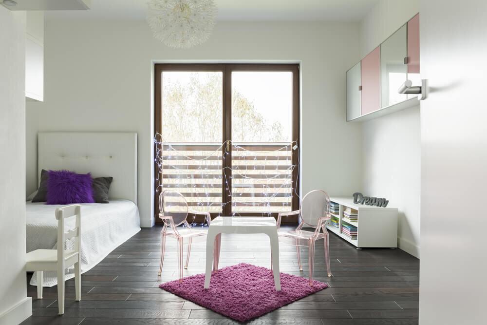 白のベッド・テーブル・棚のある部屋