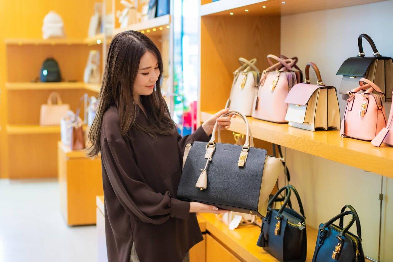 2トーンカラーのバッグを持つ女性