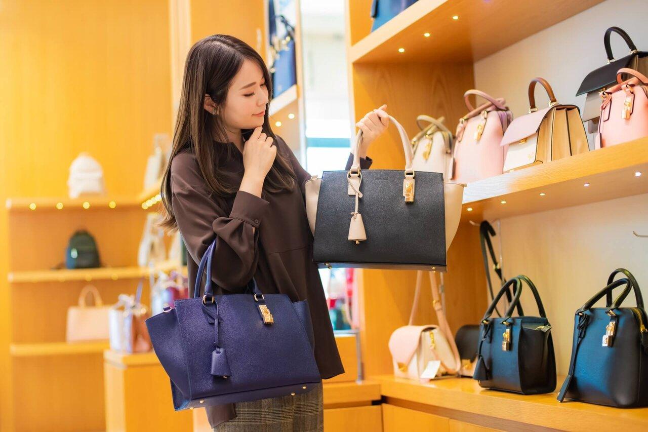 バッグを見比べる女性