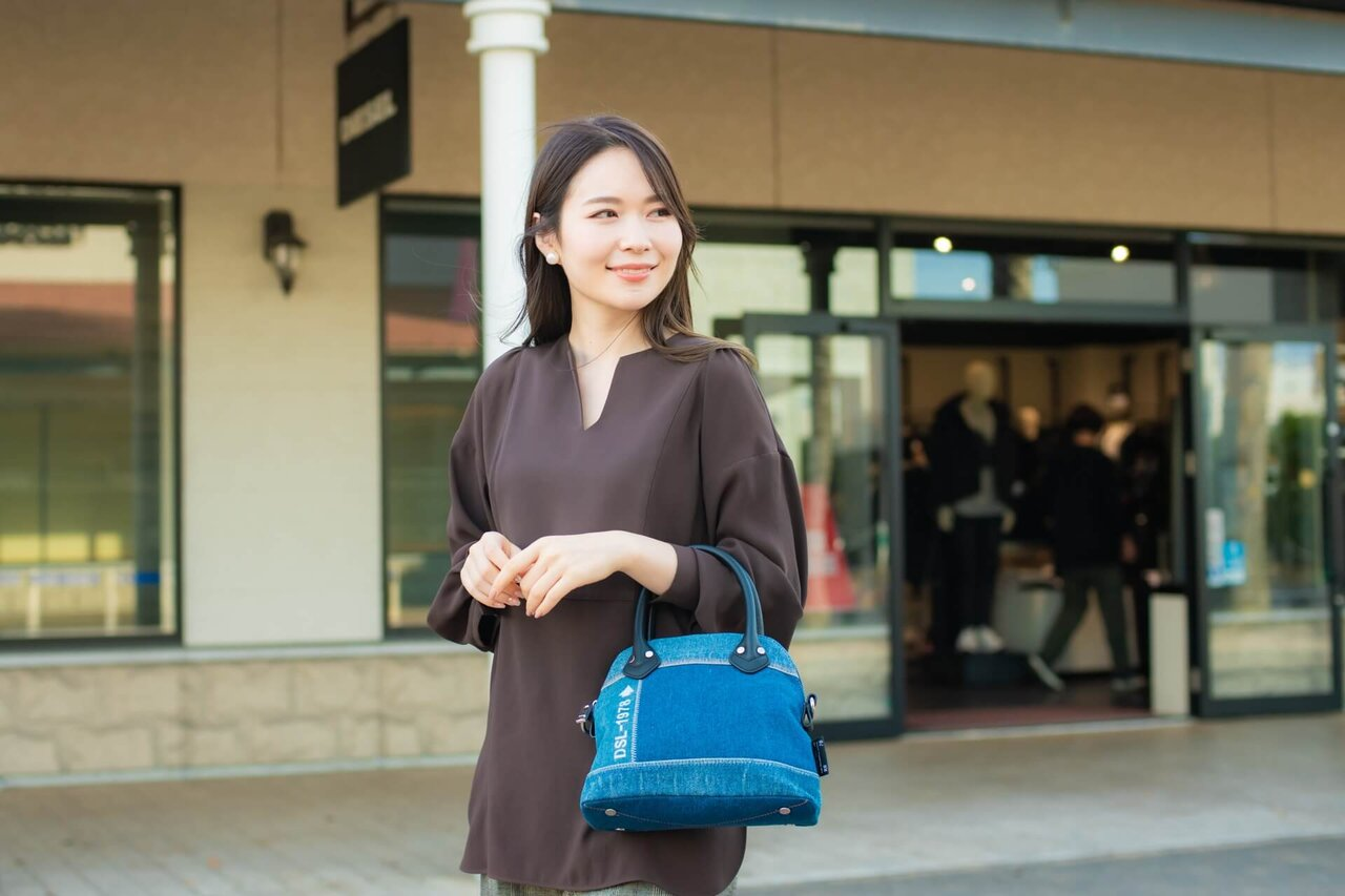 デニムハンドバッグを持つ女性