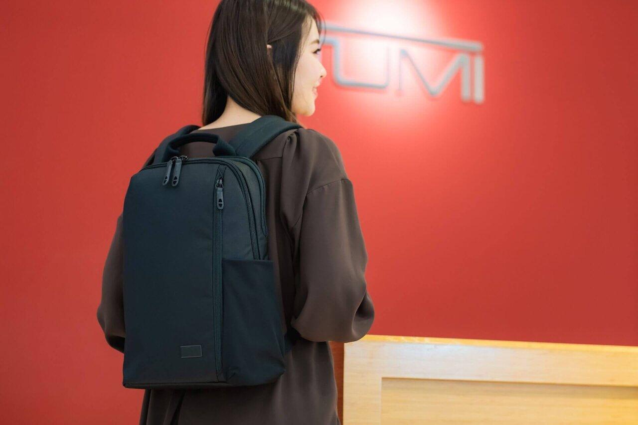 黒いバックパックを背負う女性