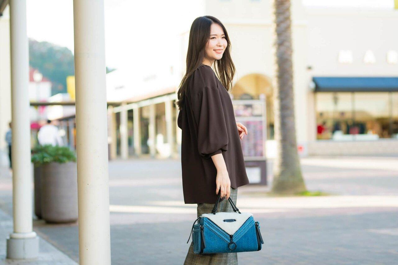 もこもこバッグを持つ女性
