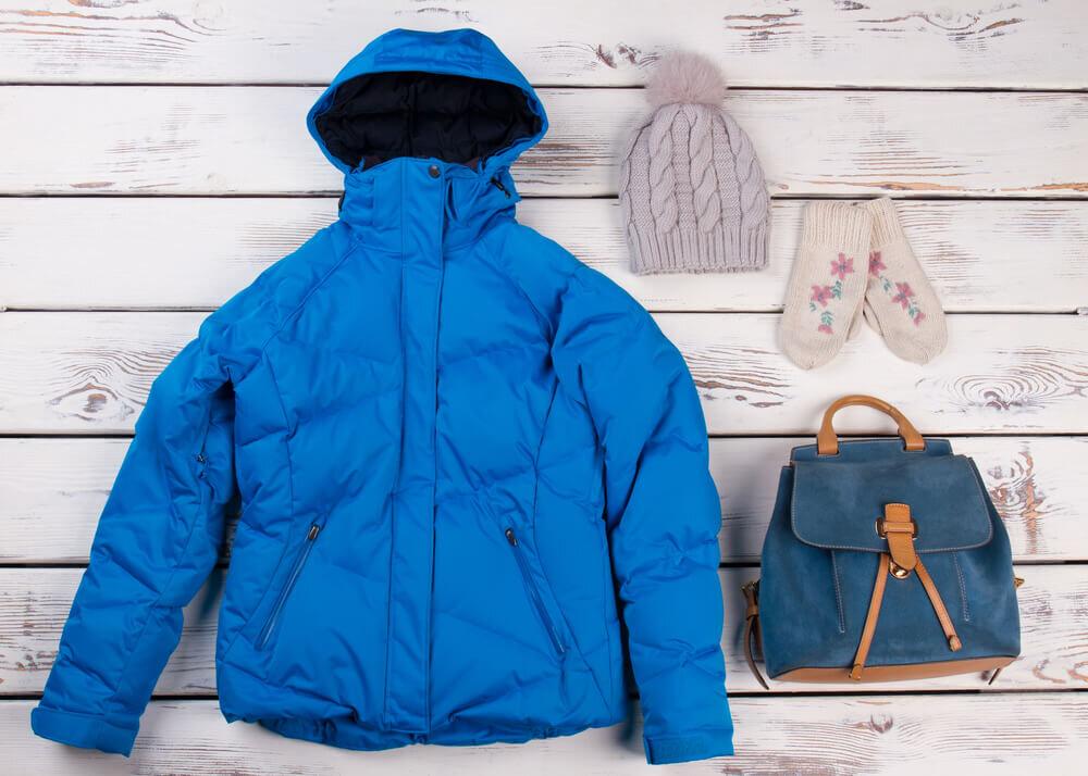 青いダウンジャケットと小物