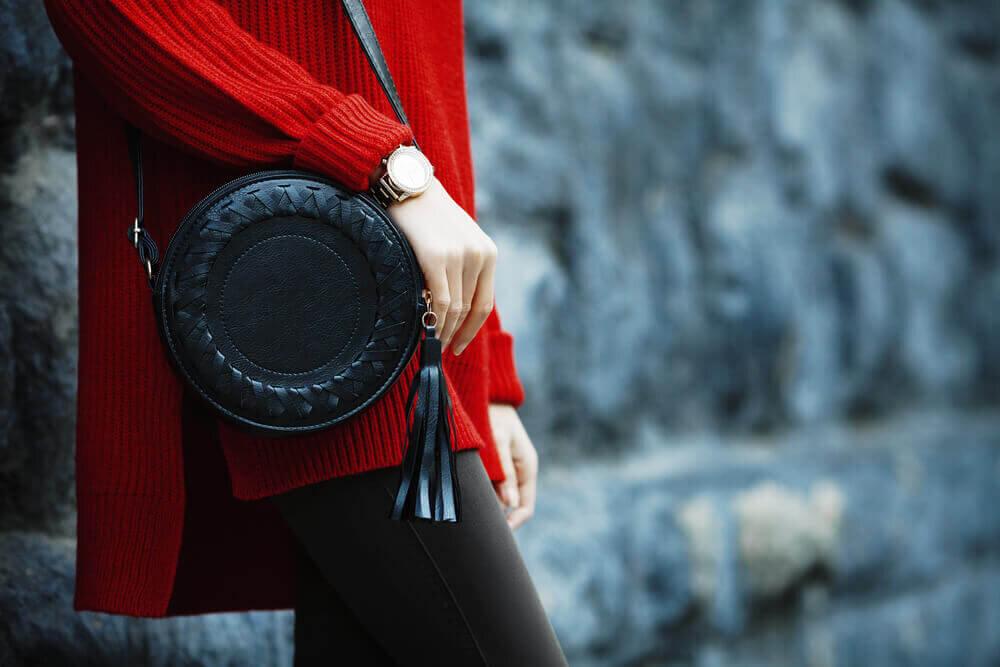 黒のショルダーバッグを持つ女性