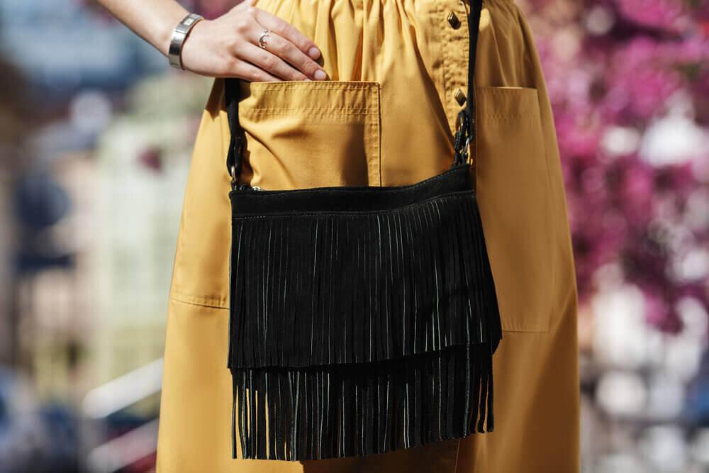 フリンジバッグを持つ女性