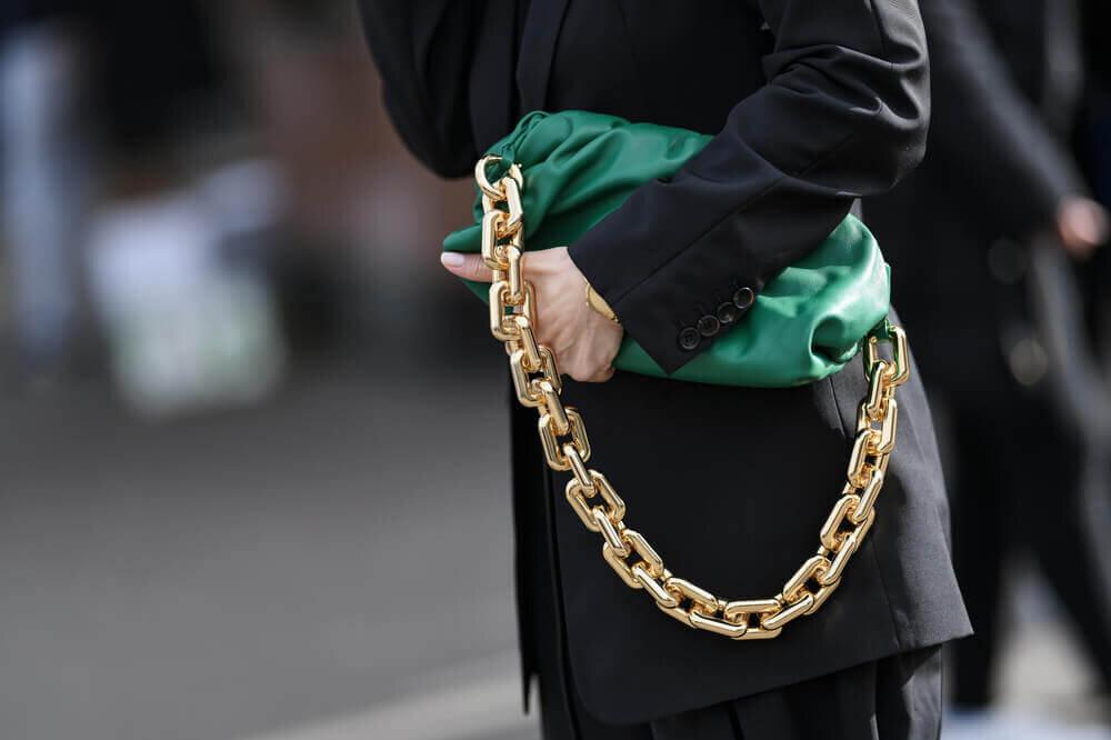 チェーンデザインのバッグ
