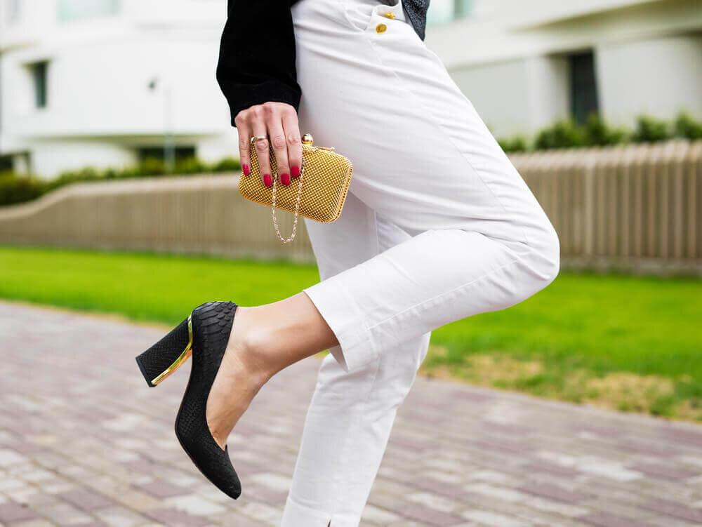 マイクロミニサイズのバッグを持つ女性