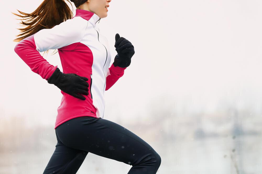 手袋をして走る女性