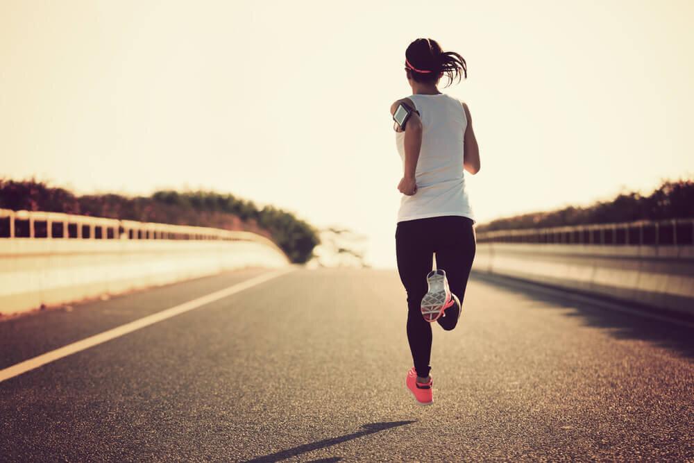 半袖シャツを着て走る女性