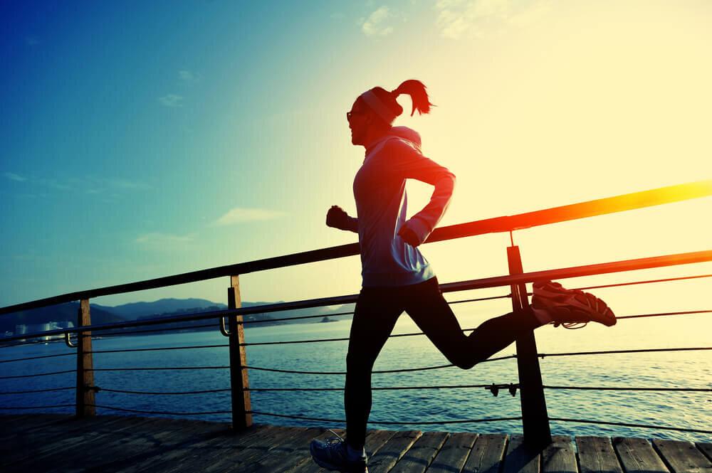 青空の下で走る女性