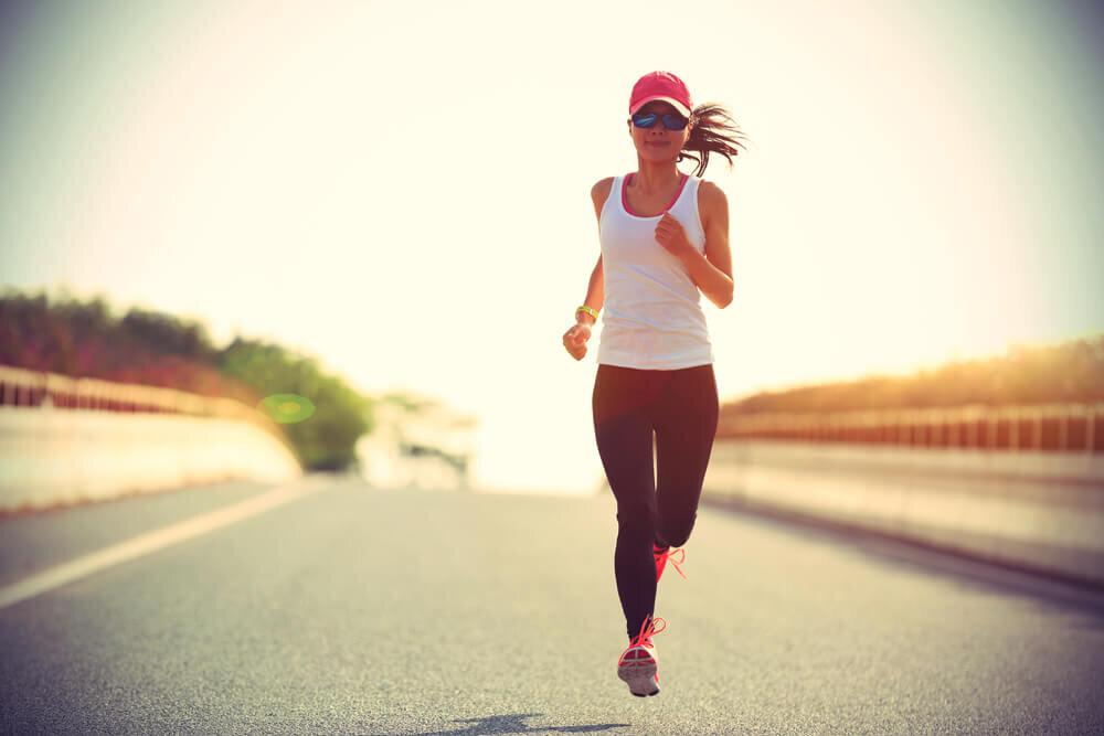 タイツを穿いて走る女性