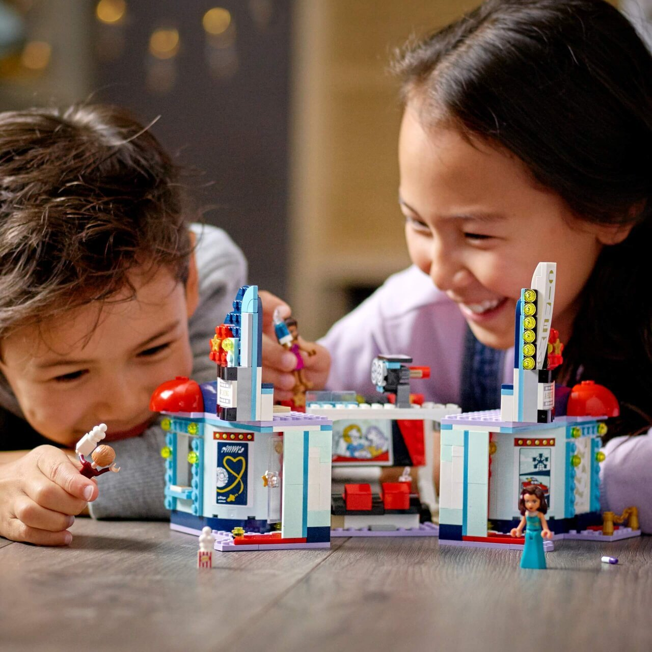「レゴ® フレンズ ハートレイクシティ」で遊ぶ子ども達