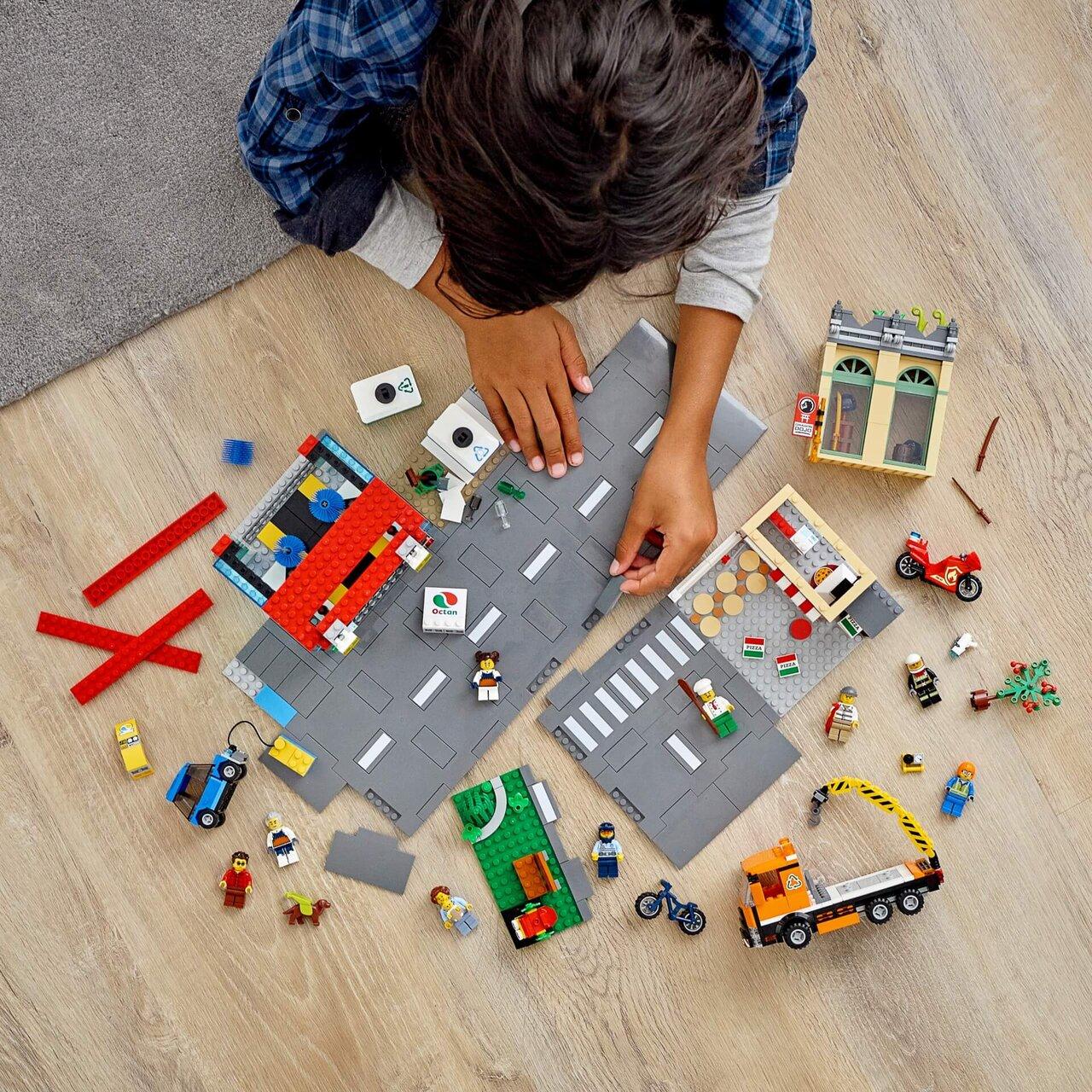 「レゴ® で遊ぶ子どもの様子