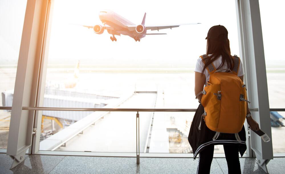 空港に居る女性