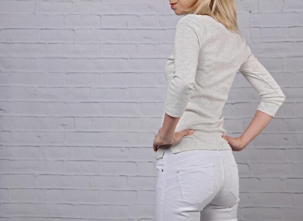 白いパンツを穿く女性