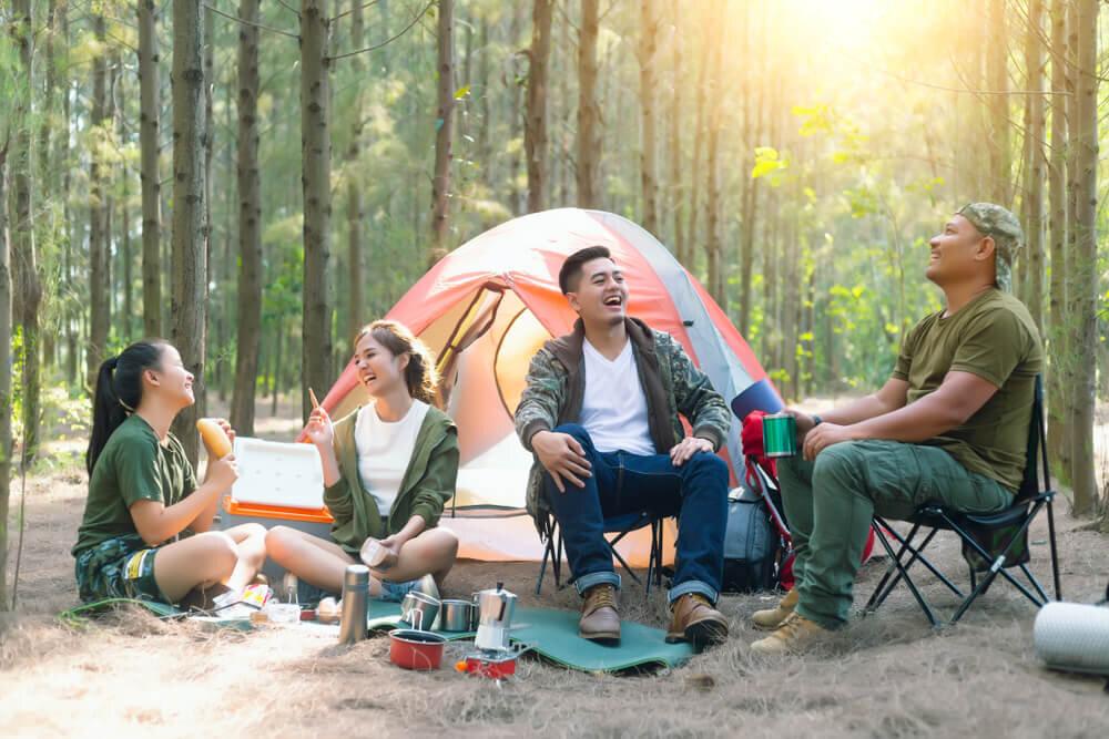 友人とキャンプを楽しんでいる風景