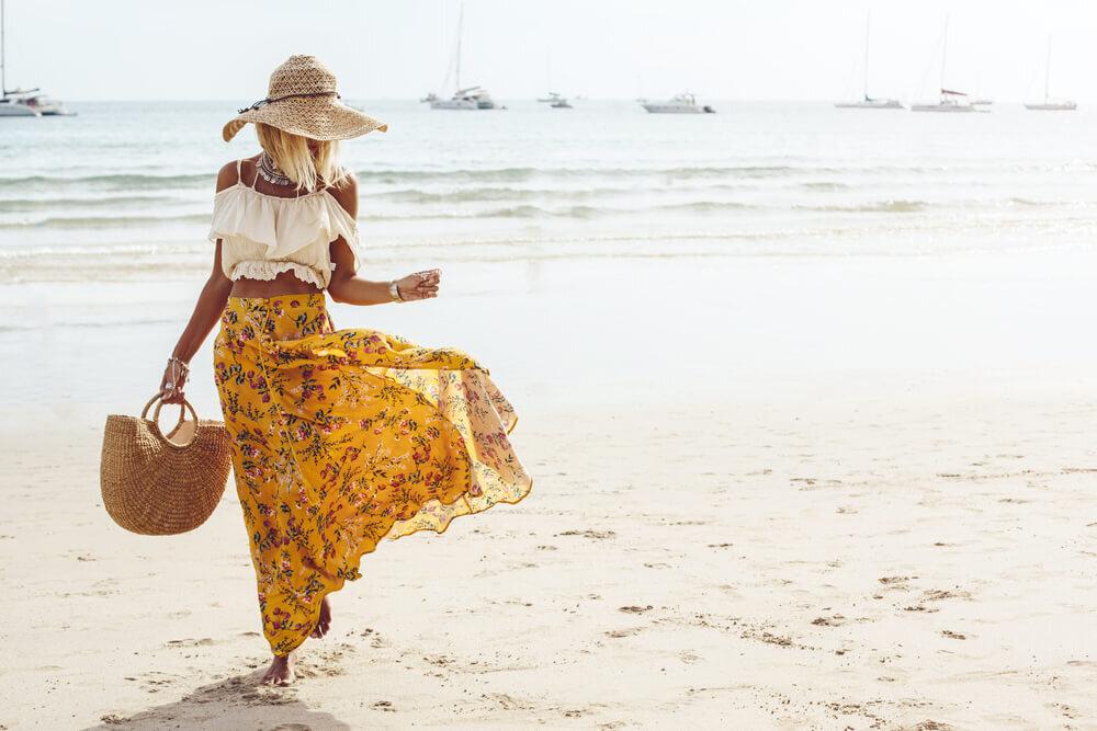 白ビスチェとイエローの花柄スカートを着た女性