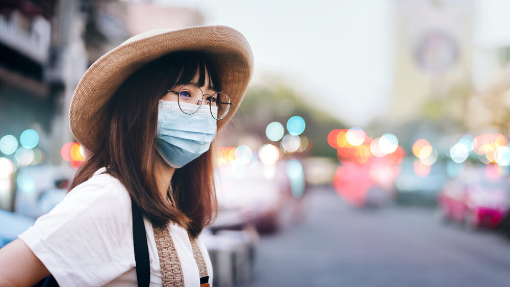 マスクを付ける女性