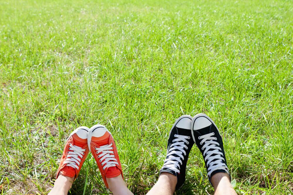 スニーカーを履いている男性と女性の足元