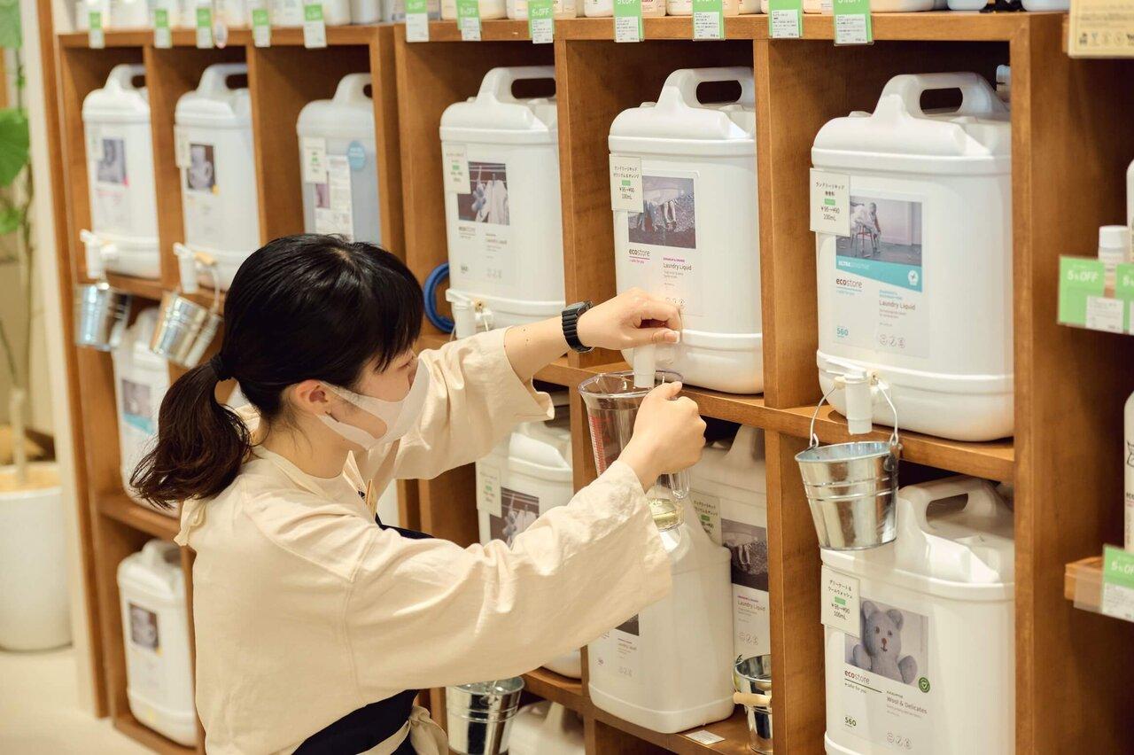 「Cosmekitchen Village」で洗剤の量り売りを行う様子