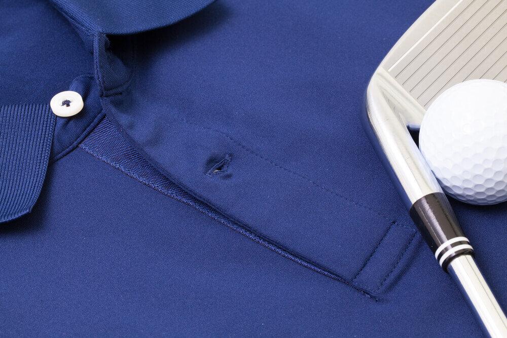 青いゴルフシャツとパター