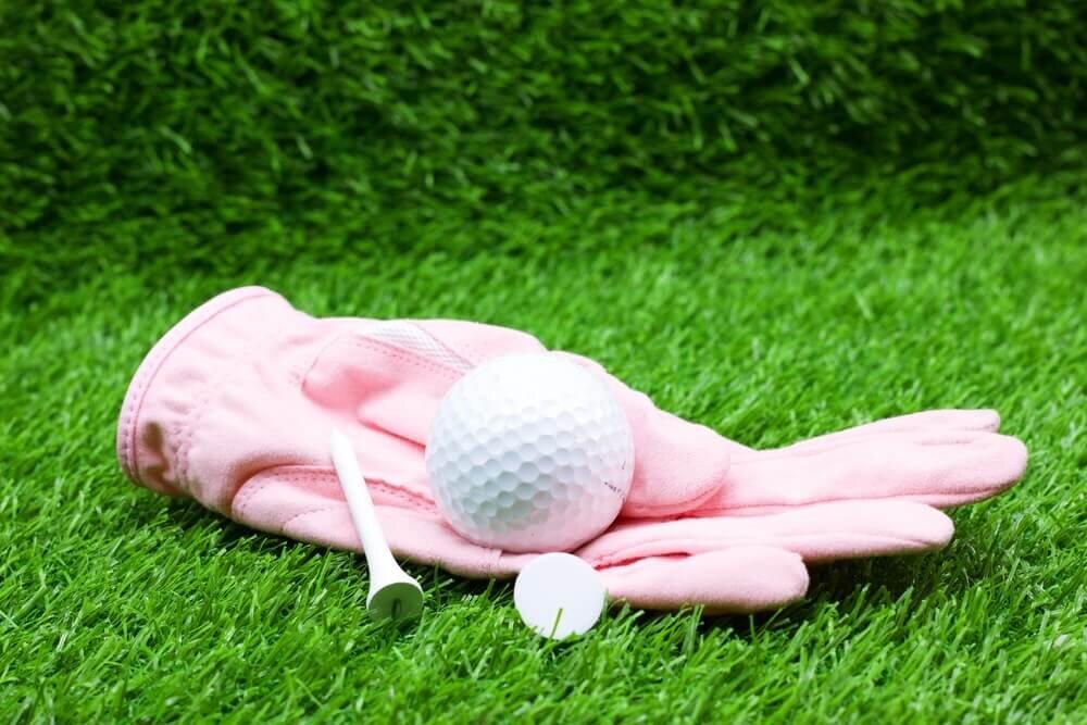 ゴルフのグローブとボールとティー