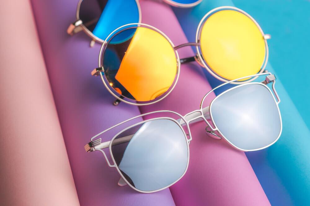 サングラスメタリックなレンズのサングラス