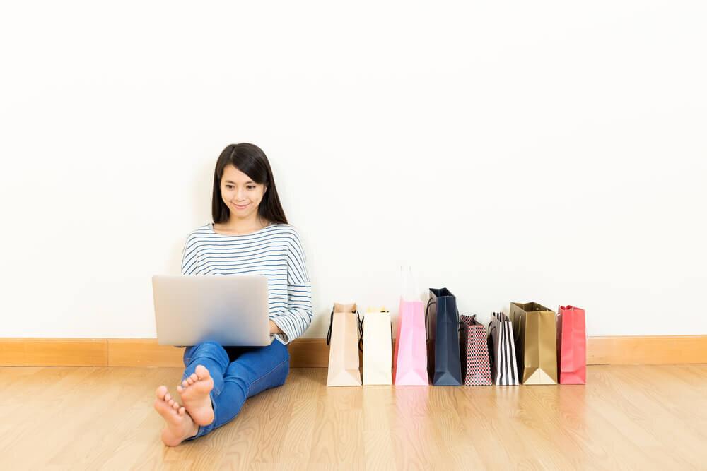 紙袋の床に座る女性