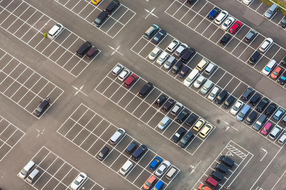 野外駐車場の上からの写真