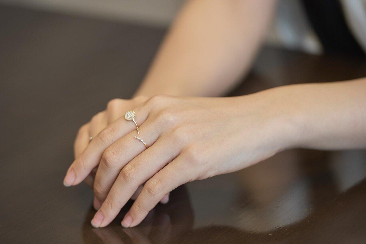 ラボ グロウン ダイヤモンドを使用したリングを着ける中瀬古さん
