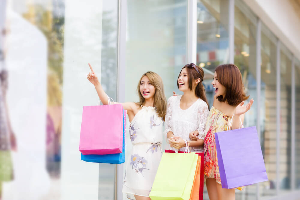 ショッピングを楽しむ女性達