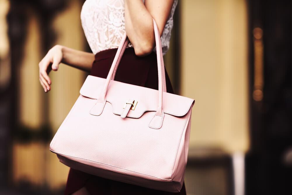 ピンクのバッグを持つ女性