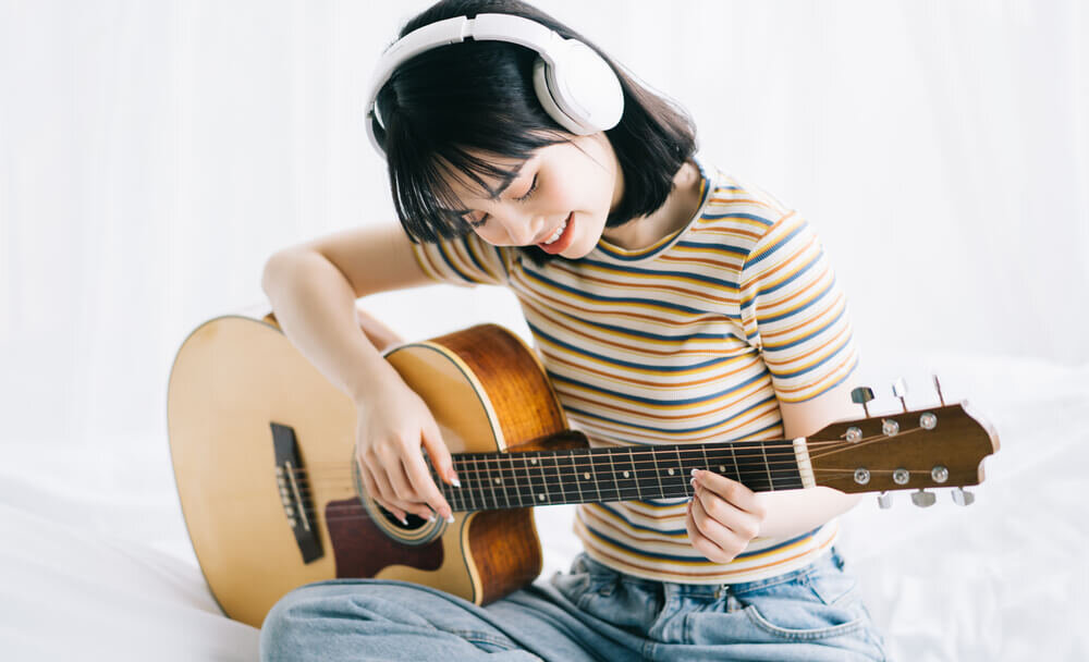 ギターを弾く女性